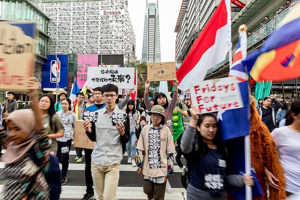 2019年11月30日,綠色和平與超過100位來自15個國家、20所學校的青年,一起走上臺北街頭,於香堤大道廣場舉行了三個小時的快閃活動。