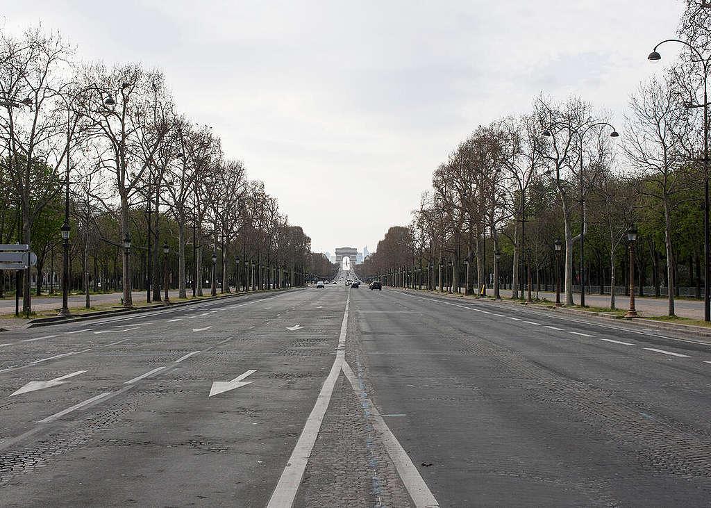 疫情當前,法國巴黎一向人潮洶湧的大道上如今空蕩寂靜。