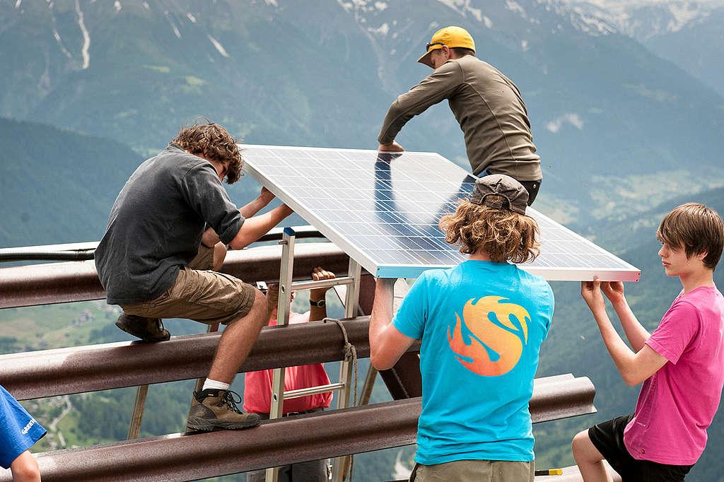 無論是大片的太陽能電場,或是屋頂型的太陽能板,都是未來走向再生能源的選項。