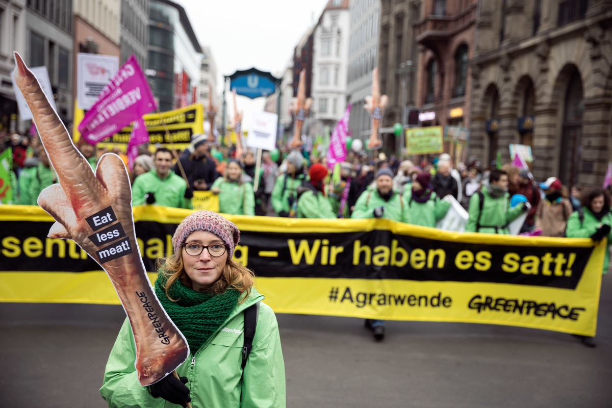2017年綠色和平德國柏林行動者,於街頭倡議反對工廠式農業及工業化肉品業,手舉「工廠式農業:我們受夠了」與「少吃肉」標語。