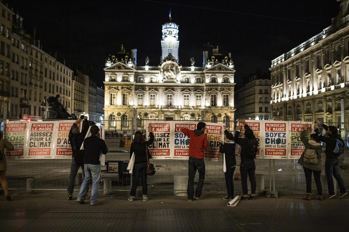 2019年,綠色和平行動者於法國20個城市,為學校食堂提供過多肉品而倡議,這不僅對學童健康有害,更對森林與環境造成破壞。海報上寫著「市長先生/女士,減少學校食堂的肉品!」