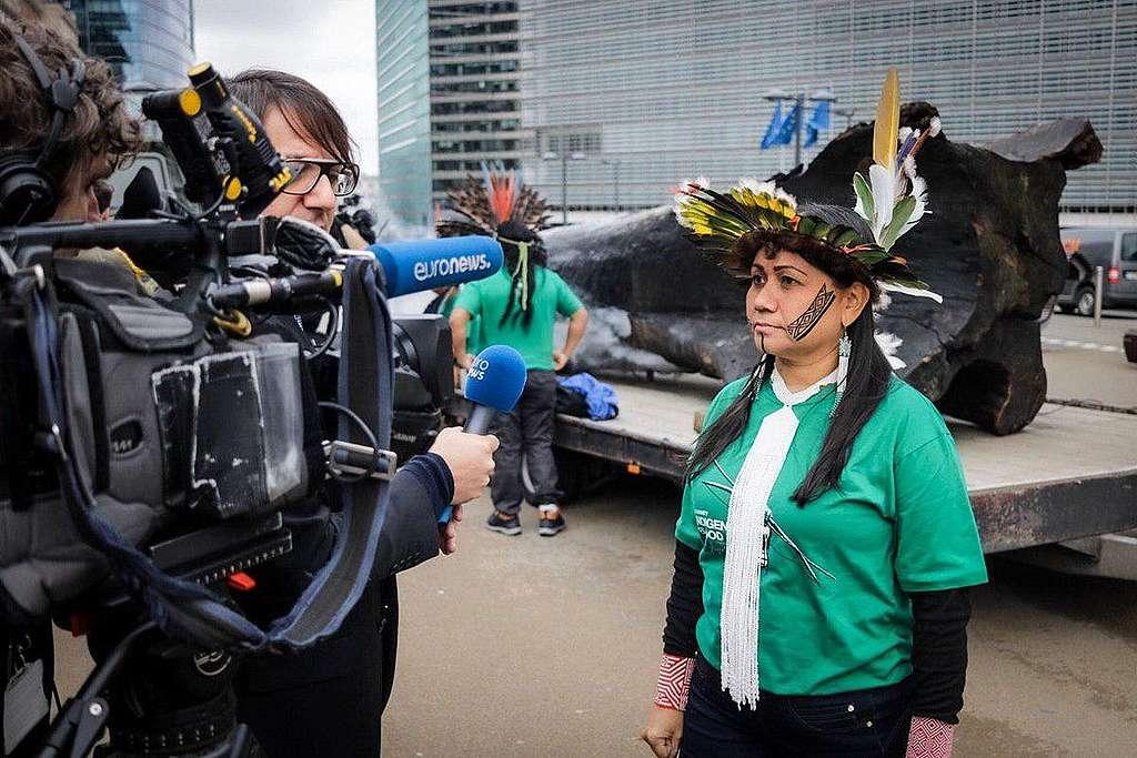 綠色和平協助巴西亞馬遜原住民前往歐洲議會,揭露巴西政府侵害原住民人權、毀壞珍貴雨林的真相,要求歐洲當局捍衛人權,抵制巴西總統的政策。