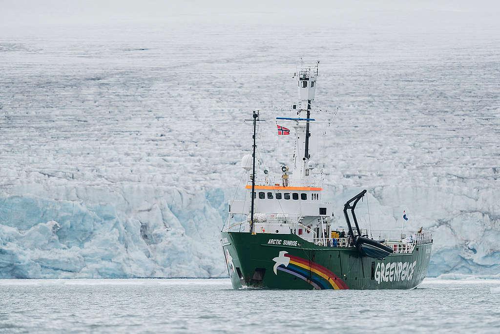 綠色和平船艦「極地曙光號」行駛於挪威斯瓦巴群島的冰川。