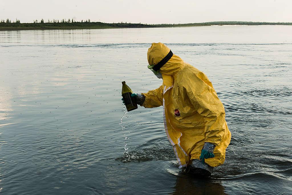 綠色和平調查團隊於Pyasina採集水土樣本,化驗河川在5月29日漏油事故後的污染情形。