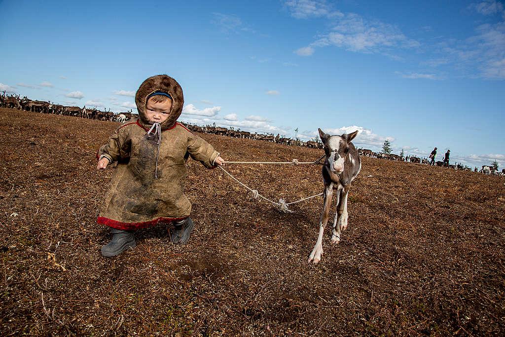 在企業與政府放任漏油事件、忽視氣候變遷等問題之下,原住民孩子將面臨什麼樣的生活環境?