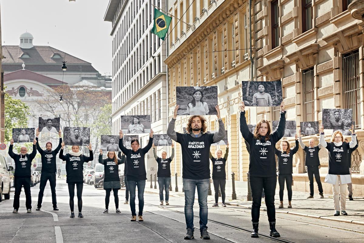 綠色和平行動者於維也納的巴西大使館外,手舉巴西原住民的照片,要求當局政府保護亞馬遜雨林和原住民族群。此行動擴及11個城市,期望透過國際壓力,使巴西總統正視環境問題。