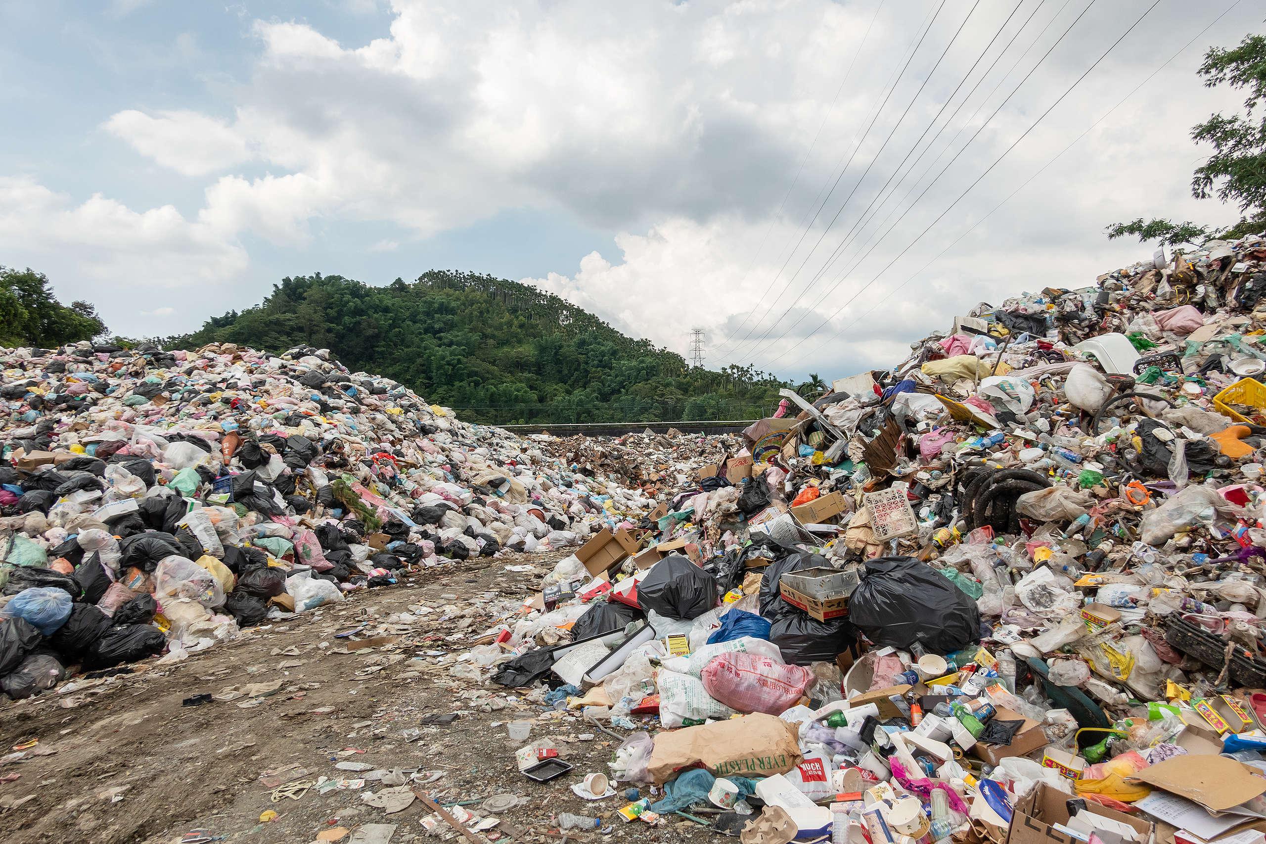 (示意圖)離島沒有建置焚化爐,暴增的垃圾無處可去,堆出驚人的垃圾山。