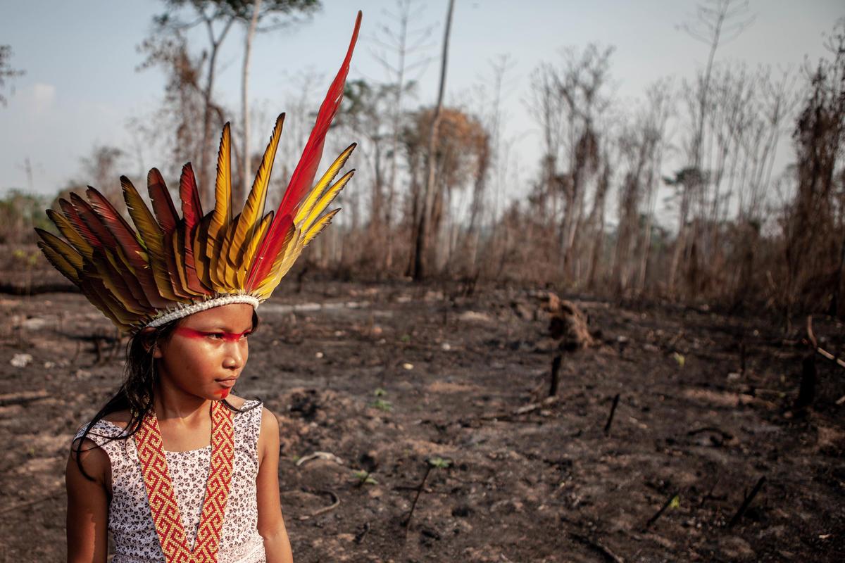 巴西Huni Kuin族原住民眼見世代家園、森林生態、靈性與文化的中心,因縱火付之一炬,仍不放棄重建的希望。