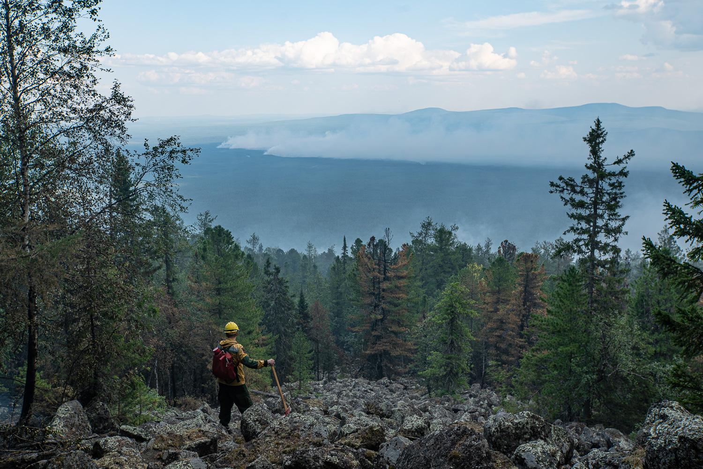 消防人員遠眺森林火勢,濃煙飄向天空。也許這場氣候的戰役還很漫長。