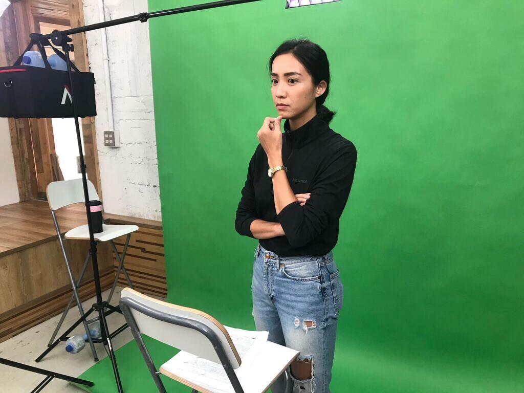 Green Voice主持人Lena正在消化腳本內容,準備錄製節目。