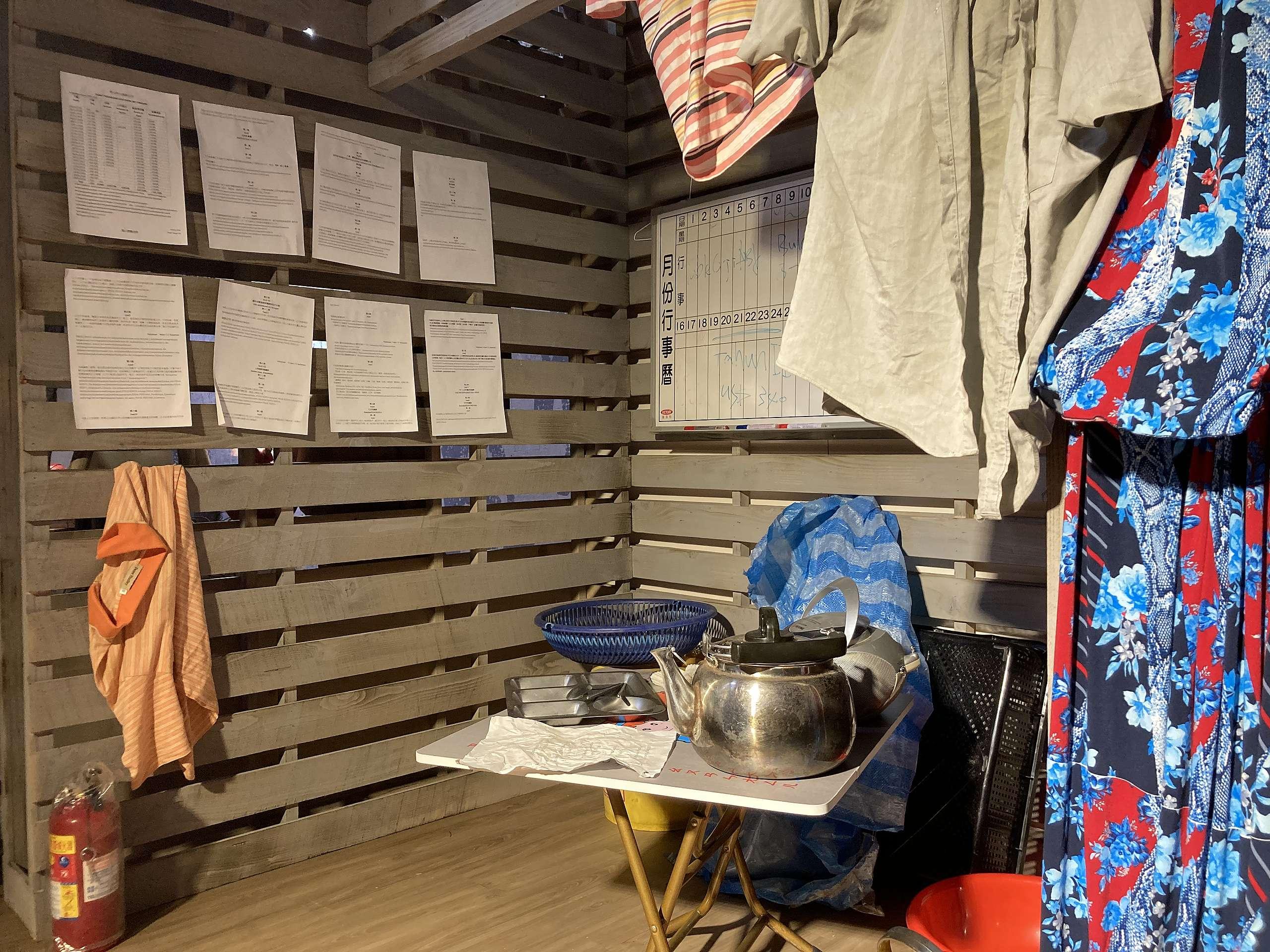 特展重現漁工工作環境,狹小的休息船艙、牆上張貼待遇不公的合約。