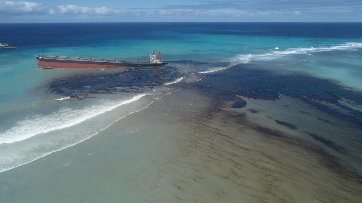 日本貨輪「若潮號」於模里西斯擱淺,洩漏超過千噸燃油,污染大片海洋。