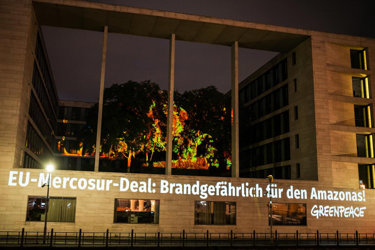 2020年9月3日,綠色和平行動者於德國柏林的外交部,將大火影像投放至建築外牆,倡議停止歐盟與南方共同市場的協議,阻止氣候與環境危機。