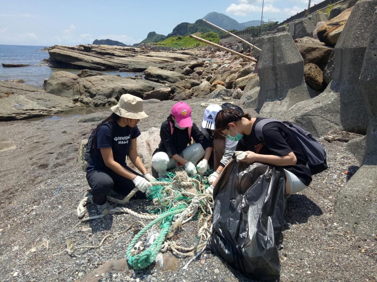 綠色和平於2020年舉辦的夏令營,帶領同學們在八斗子海邊體驗海廢快篩,隨後一起淨灘。