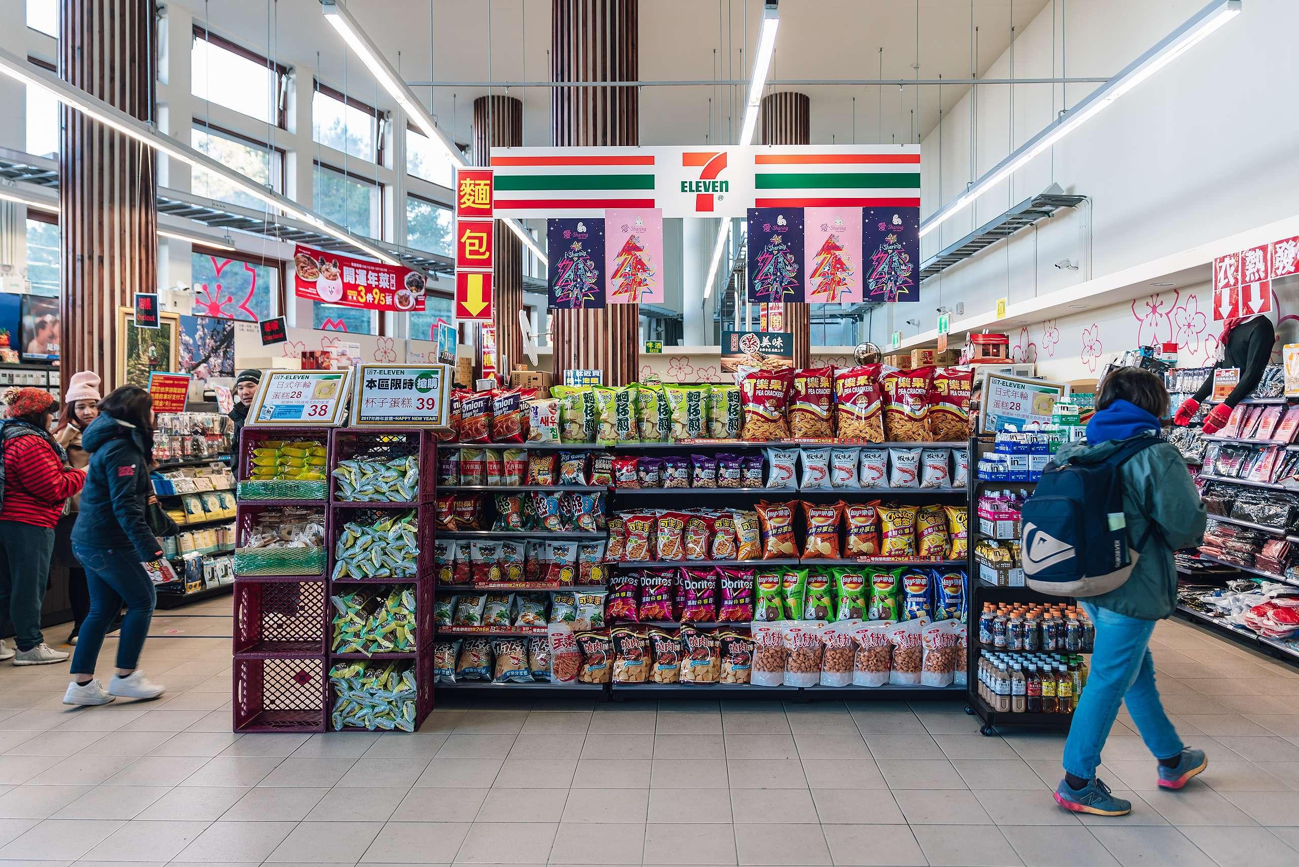 統一超商在全臺有逾5,500間門市,無論分店數或營業額都是超商龍頭,難以望其項背。
