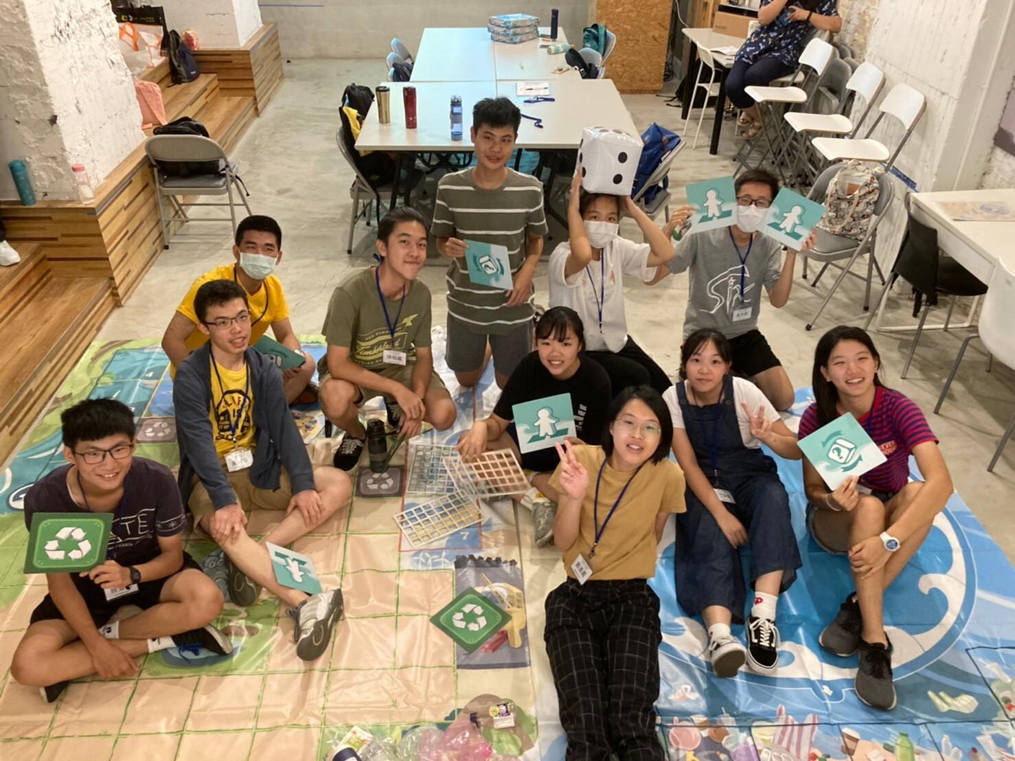 同學們一起玩《海洋危機》桌遊,以寓教於樂的方式關心珍貴海洋。