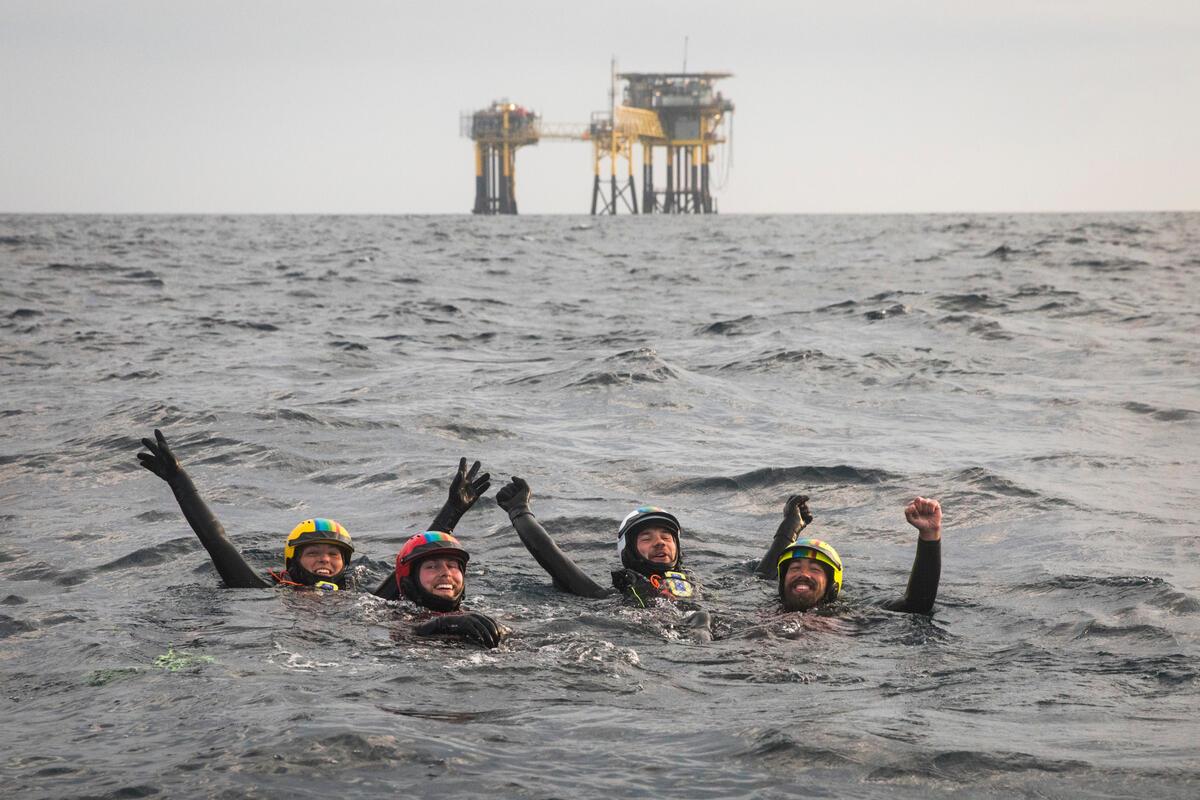 綠色和平 4 位行動者游 500 公尺至鑽油臺,攀爬至頂部留守37小時,執行倡議行動。結束後展露疲憊卻燦爛的笑容,為勇於守護地球而自豪。