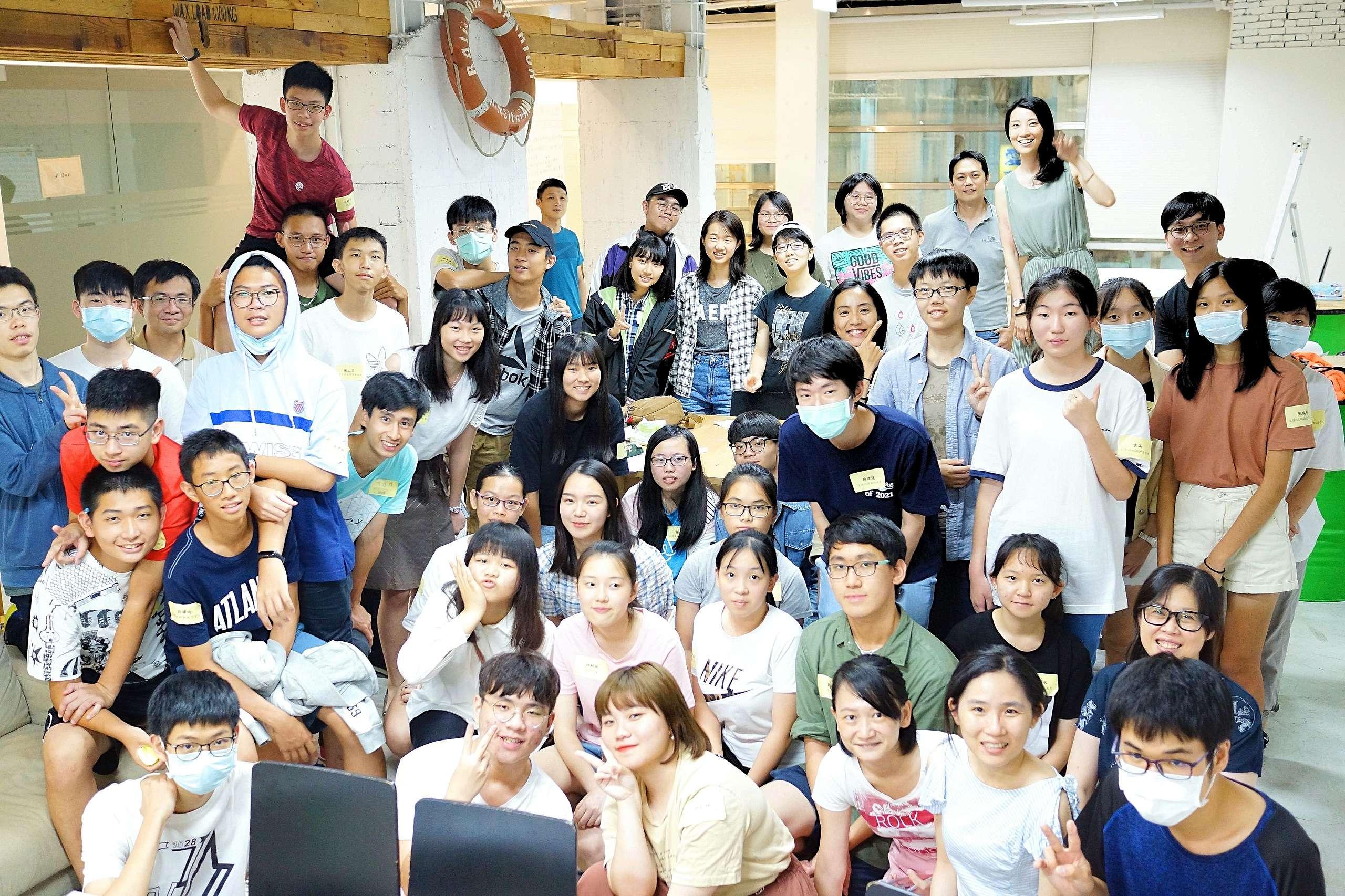 選文工作坊結束後,同學們與講師大合照。