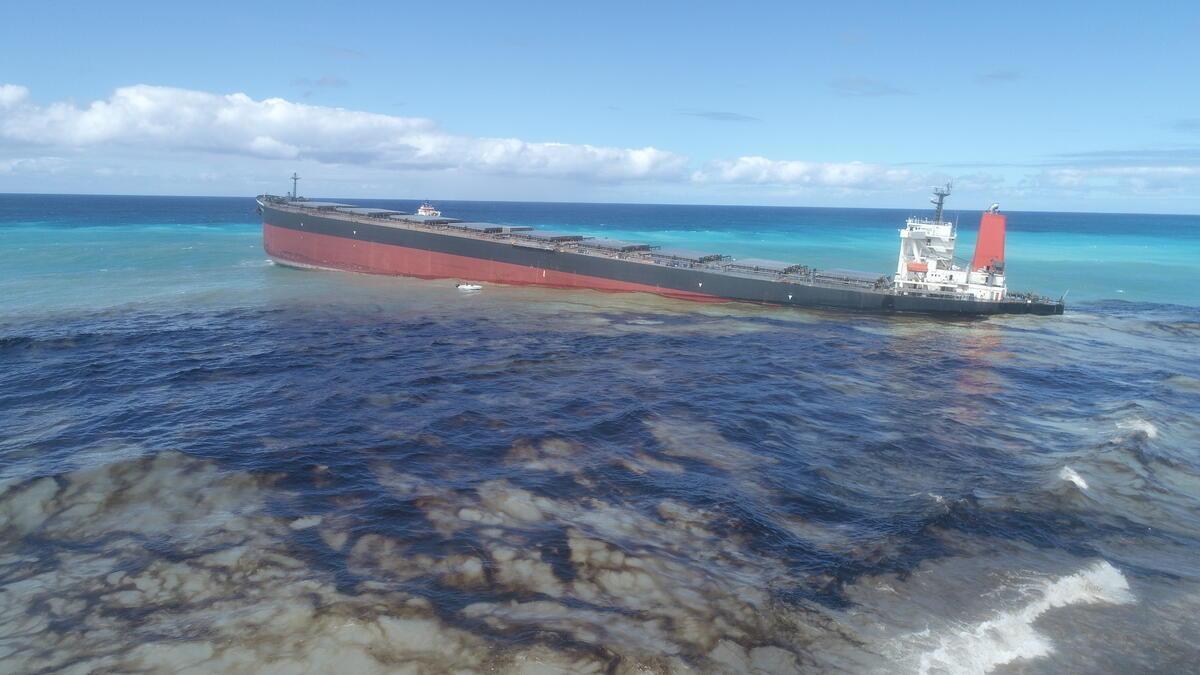 2020年8月6日,船身長達300公尺的油輪「若潮號」所運載的燃油,仍不斷流入海中。