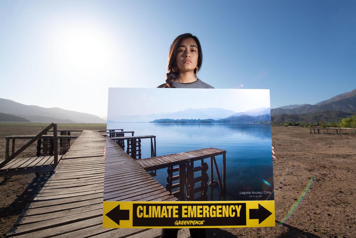 智利淺水湖泊Laguna de Aculeo因氣候變遷乾枯,昔日美景不再。綠色和平智利辦公室行動志工於COP 25大會前,展示湖泊往日景觀,呼籲政府正視氣候危機。