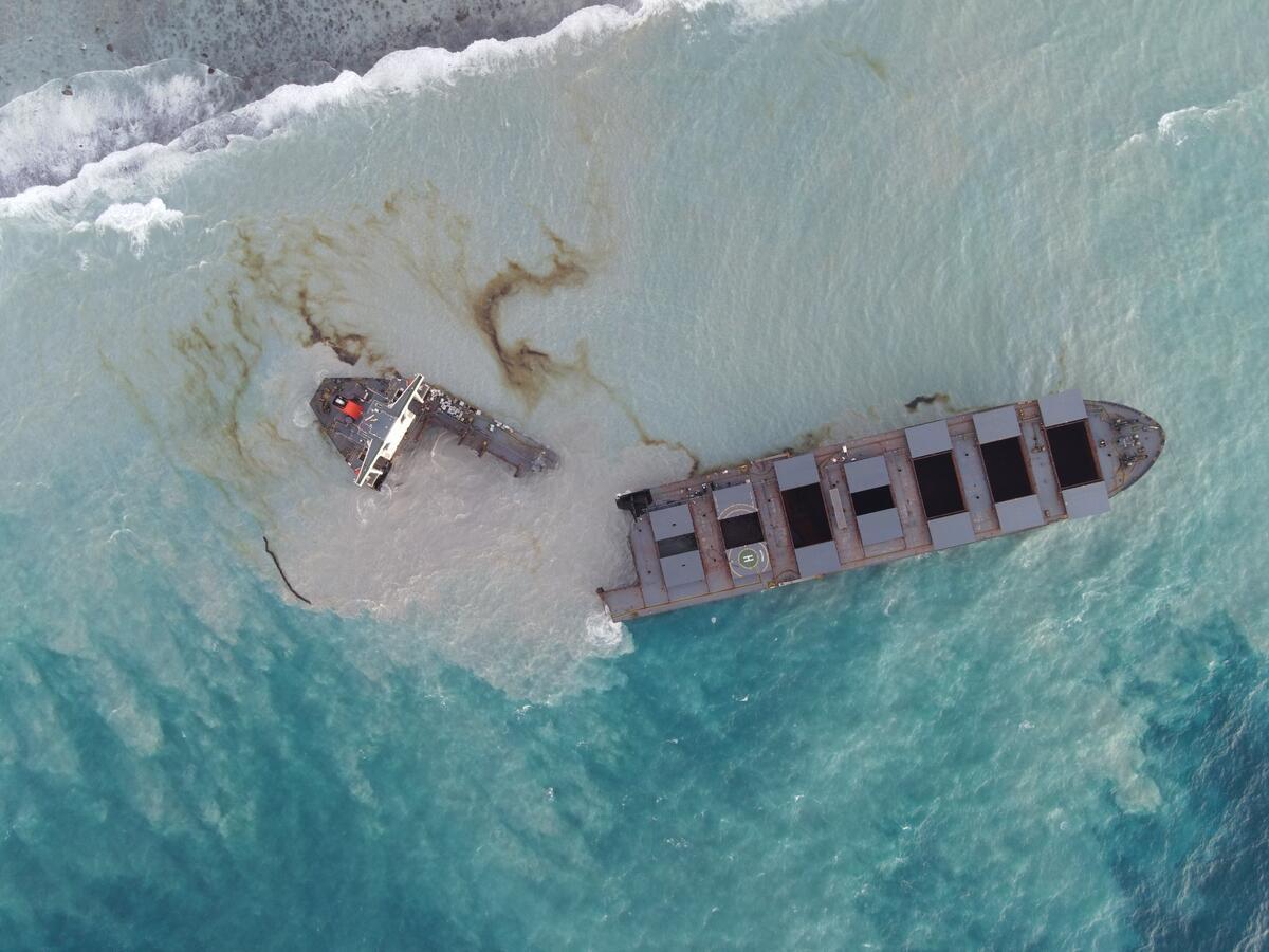 擱淺船隻因延誤處理,斷為兩截後,使燃油加速流入海洋,處理更為困難。