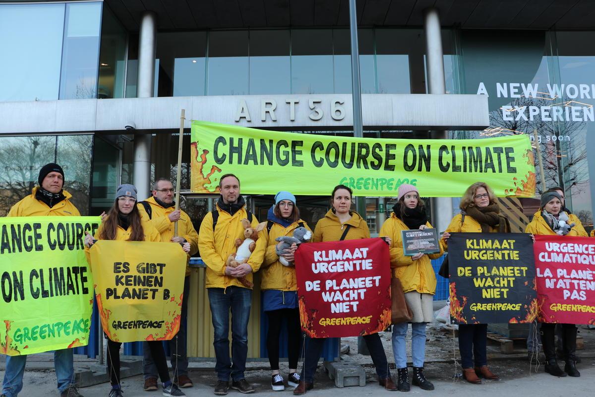 綠色和平比利時辦公室將近3萬份公眾連署及公開信,交給布魯塞爾的澳洲大使館,並持橫幅,要求澳州政府「改變氣候政策路線」(Change Course on Climate)。