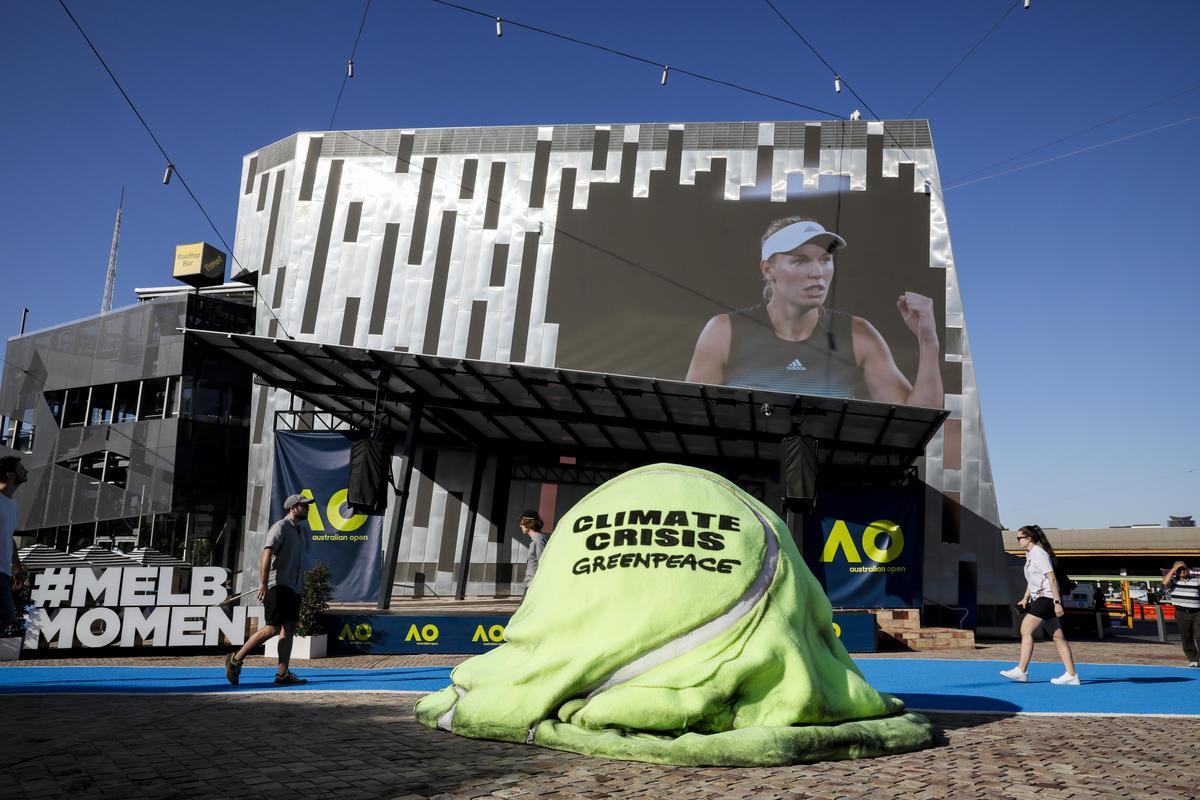 一顆1.5公尺高的網球融化在墨爾本聯邦廣場外。綠色和平澳洲辦公室以此藝術裝置,指政府對氣候行動不力,已造成大家所喜愛的運動受到威脅。
