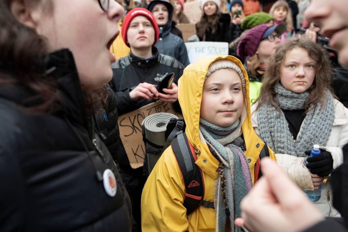 全球百萬學生氣候行動,最初在 2018 年由 16 歲瑞典女孩 Greta Thunberg 一個人每周五到瑞典國會前靜坐發起。