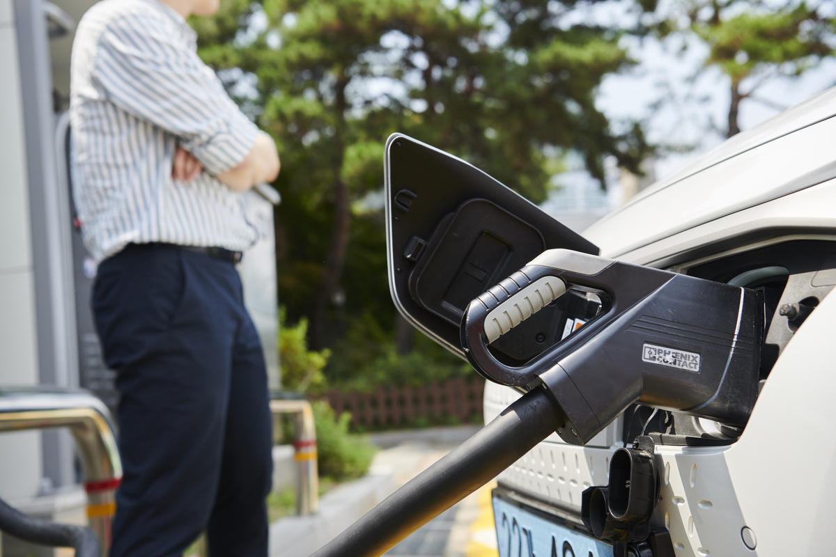 電動車比較環保嗎?關乎發電來源是否屬於碳排放高的化石燃料,以及汽車產地是否使用化石燃料發電。