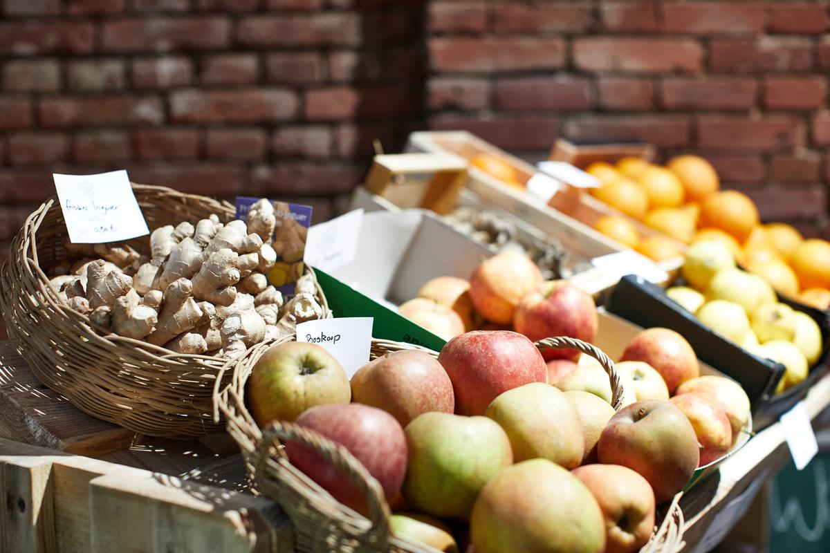大部分蔬果都可以散裝的方式販售,塑膠包裝顯得很多餘。