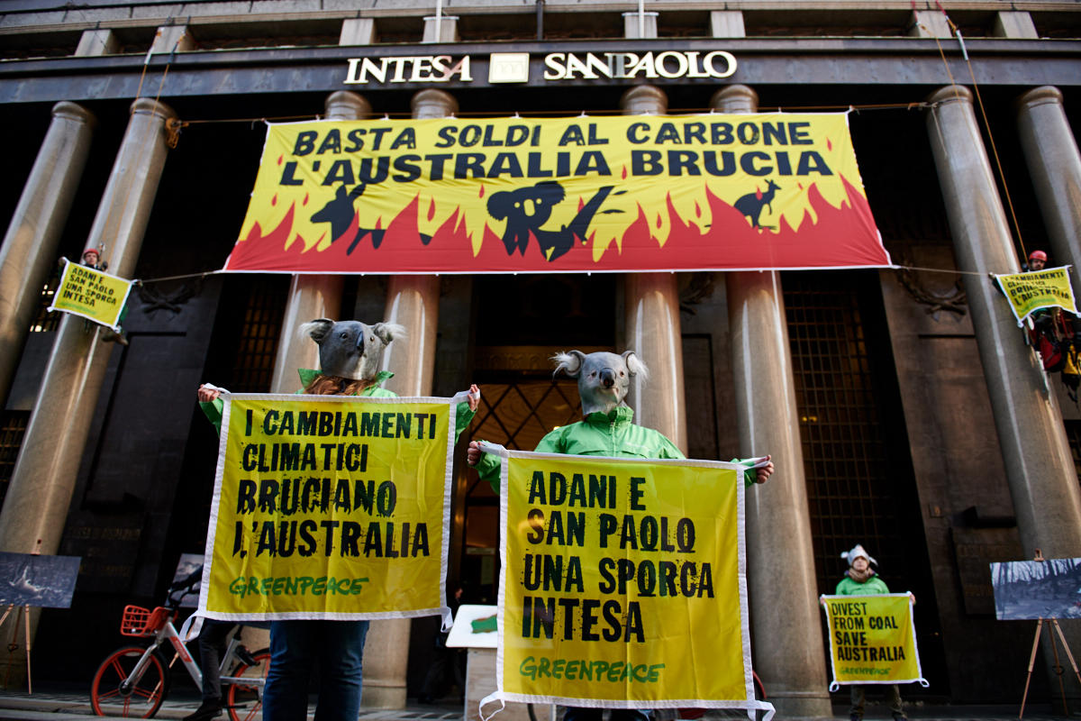 綠色和平義大利辦公室行動志工扮成無尾熊,在米蘭的聯合聖保羅銀行總部要求停止資助化石燃料產業。