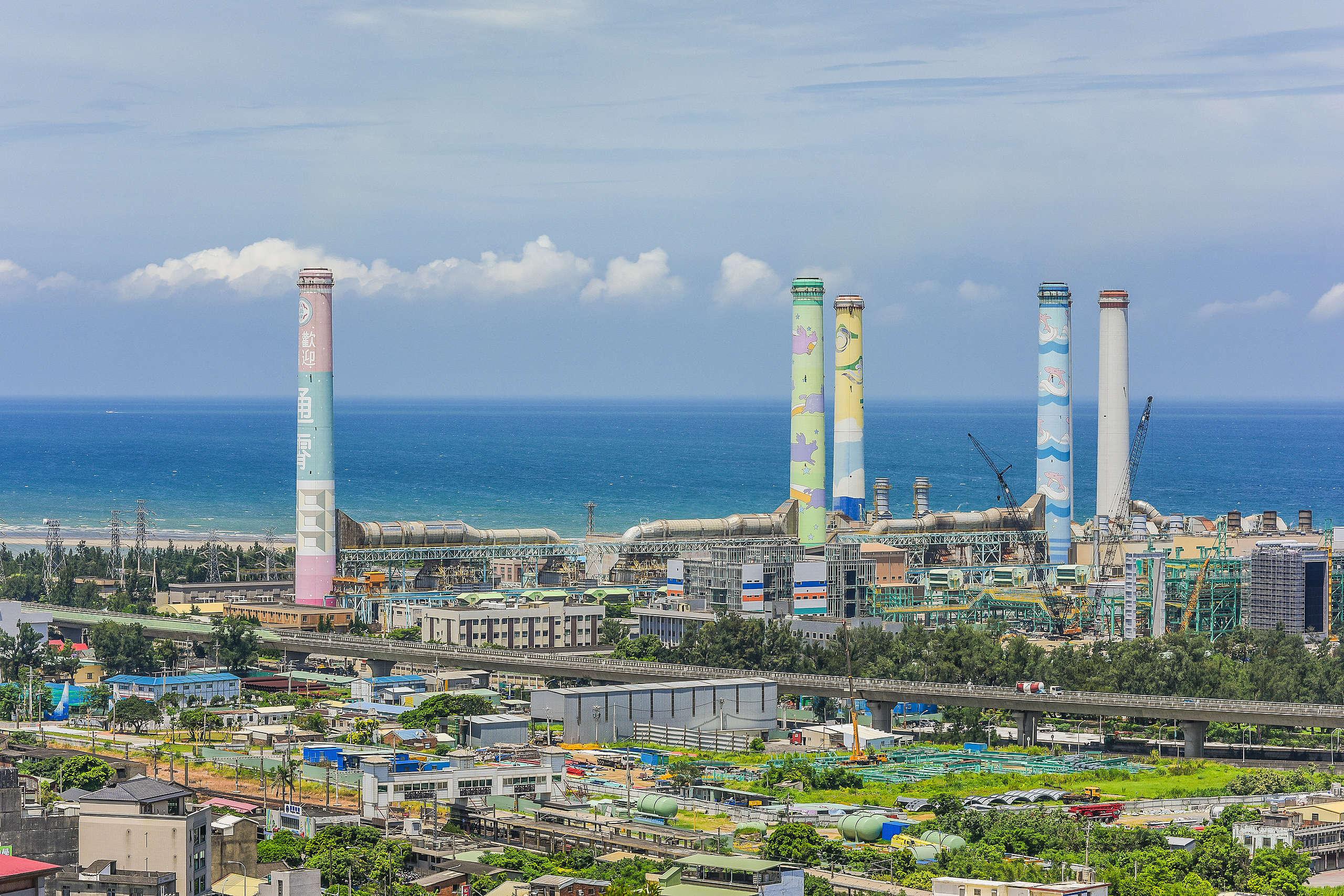 目前臺灣主要電力來源為火力發電,全臺碳排放 60% 來自「使用電力」,電力碳排放 98%來自「化石燃料」,企業轉用綠電是降低碳排最有效的方式。