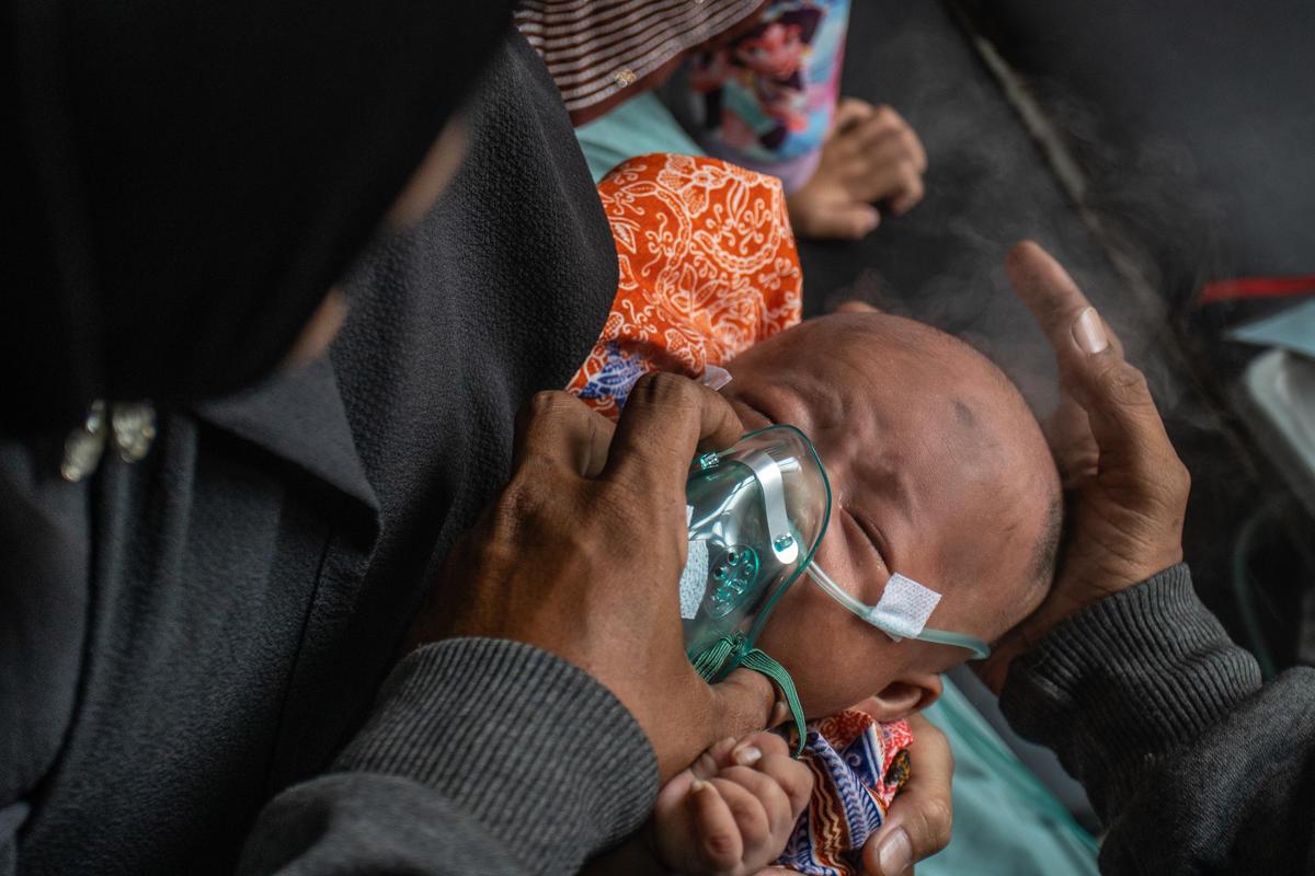 森林大火產生嚴重霾害,對人民呼吸到健康造成極大影響,照片為50天大的嬰兒住進加護病房,接受氧氣治療的過程。