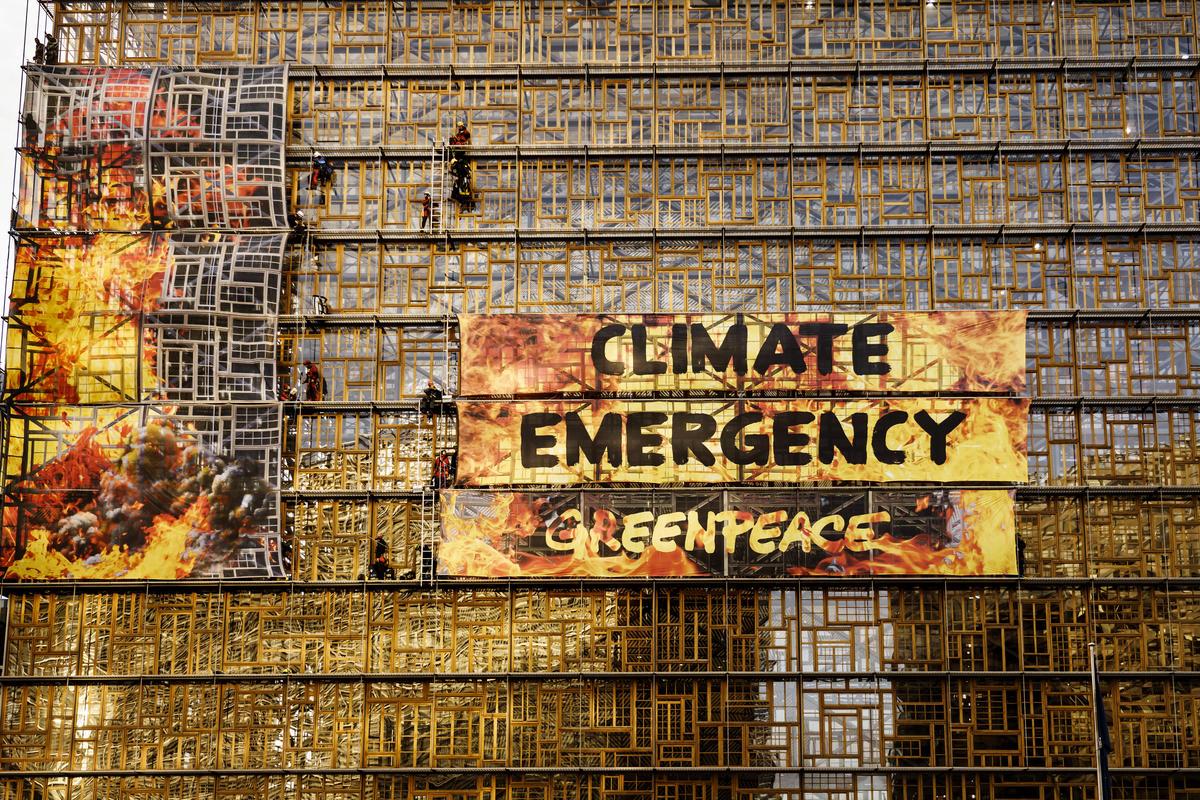 2019年,綠色和平行動者於比利時布魯塞爾的歐盟峰會會場外,懸掛寫有「氣候緊急」的大型布條,要求歐洲各國政府正視氣候變遷。