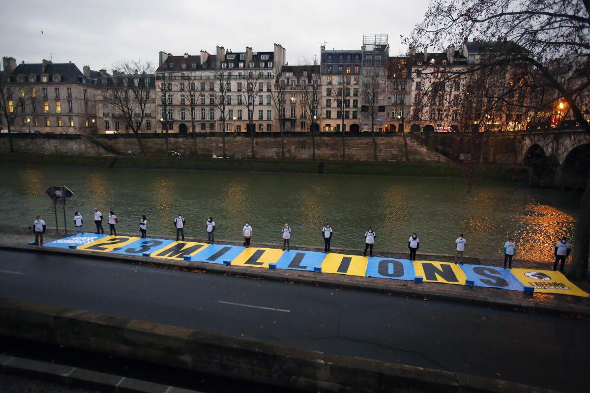 2021年1月14日於巴黎行政法院外,「世紀案件」團隊行動者設置寫有「230萬」大型標語,象徵230萬人民連署支持氣候訴訟,這是法國史上最多人加入的線上連署。