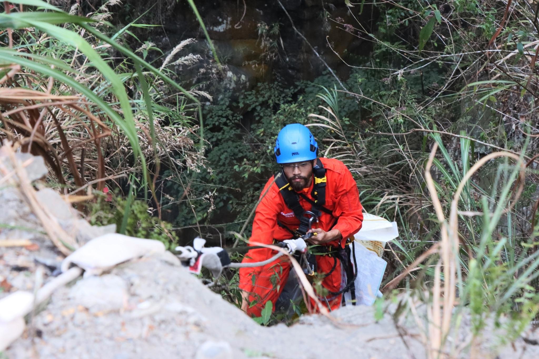 攀爬組員垂降至約50公尺下的山谷收集垃圾,並使用滑輪將5至10公斤不等的垃圾送回地面,交由地面組的伙伴們分類、整理。