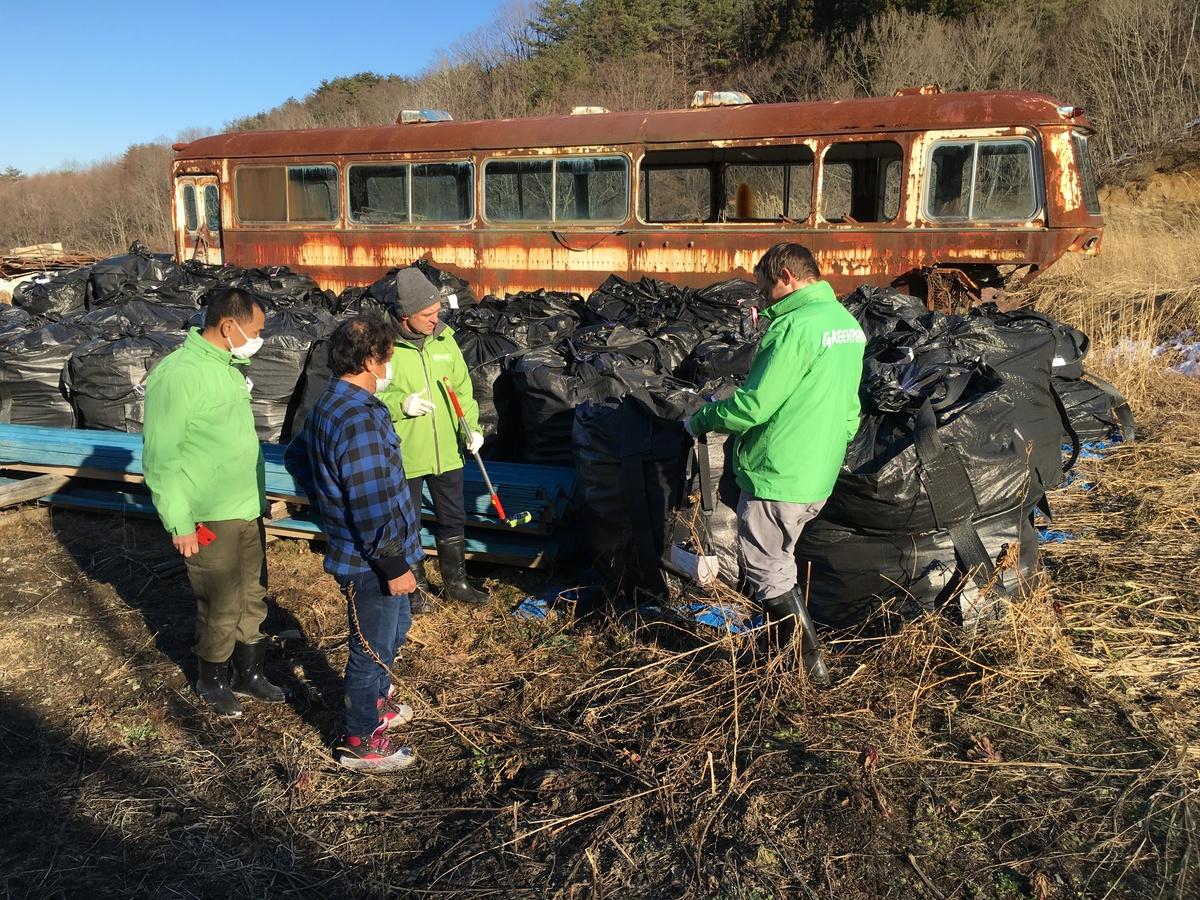 安齋先生與綠色和平核能專家回到核災後的家園,調查輻射污染的現況。