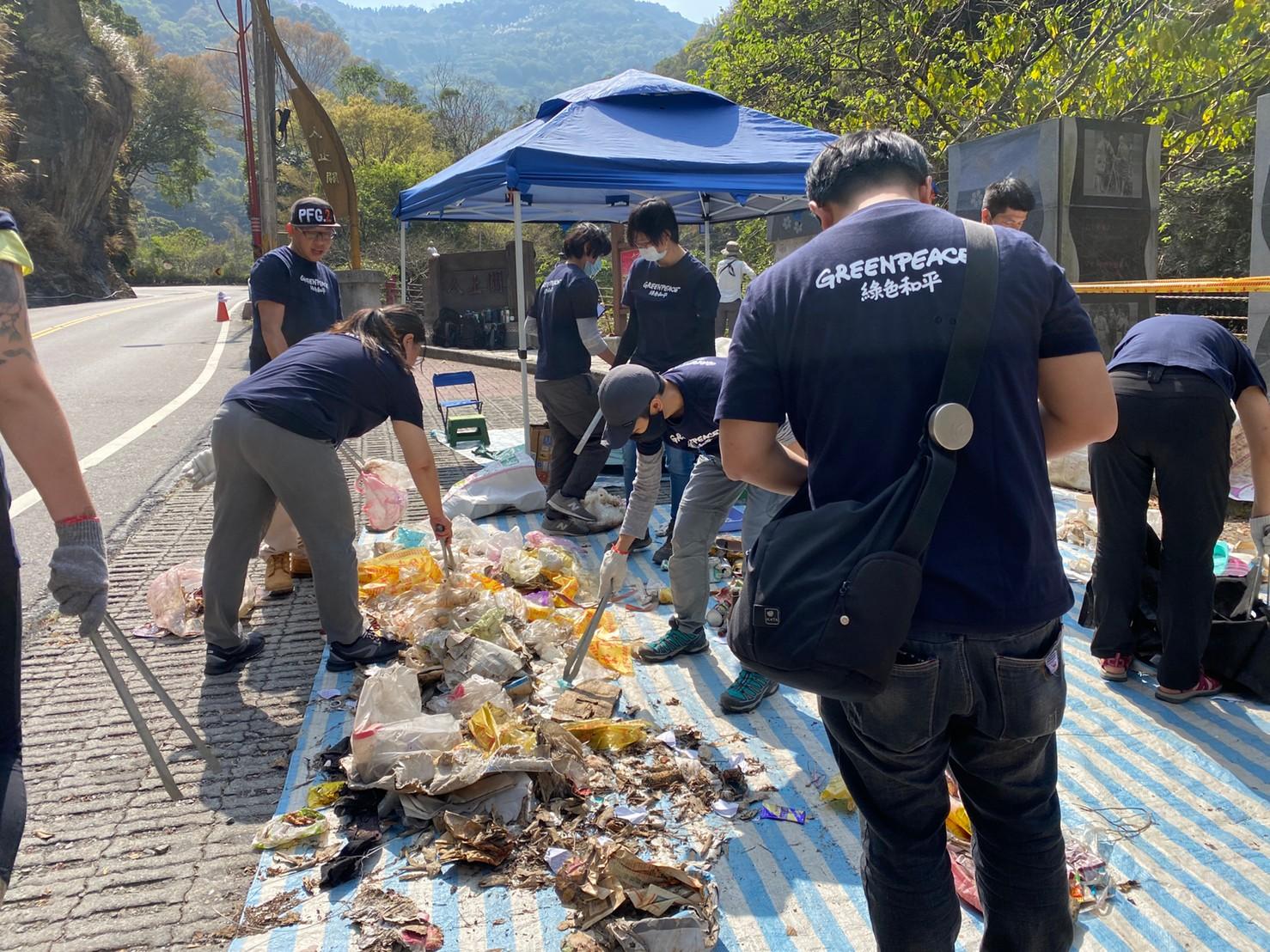 地面組的志工負責分類、記錄、整理垃圾。