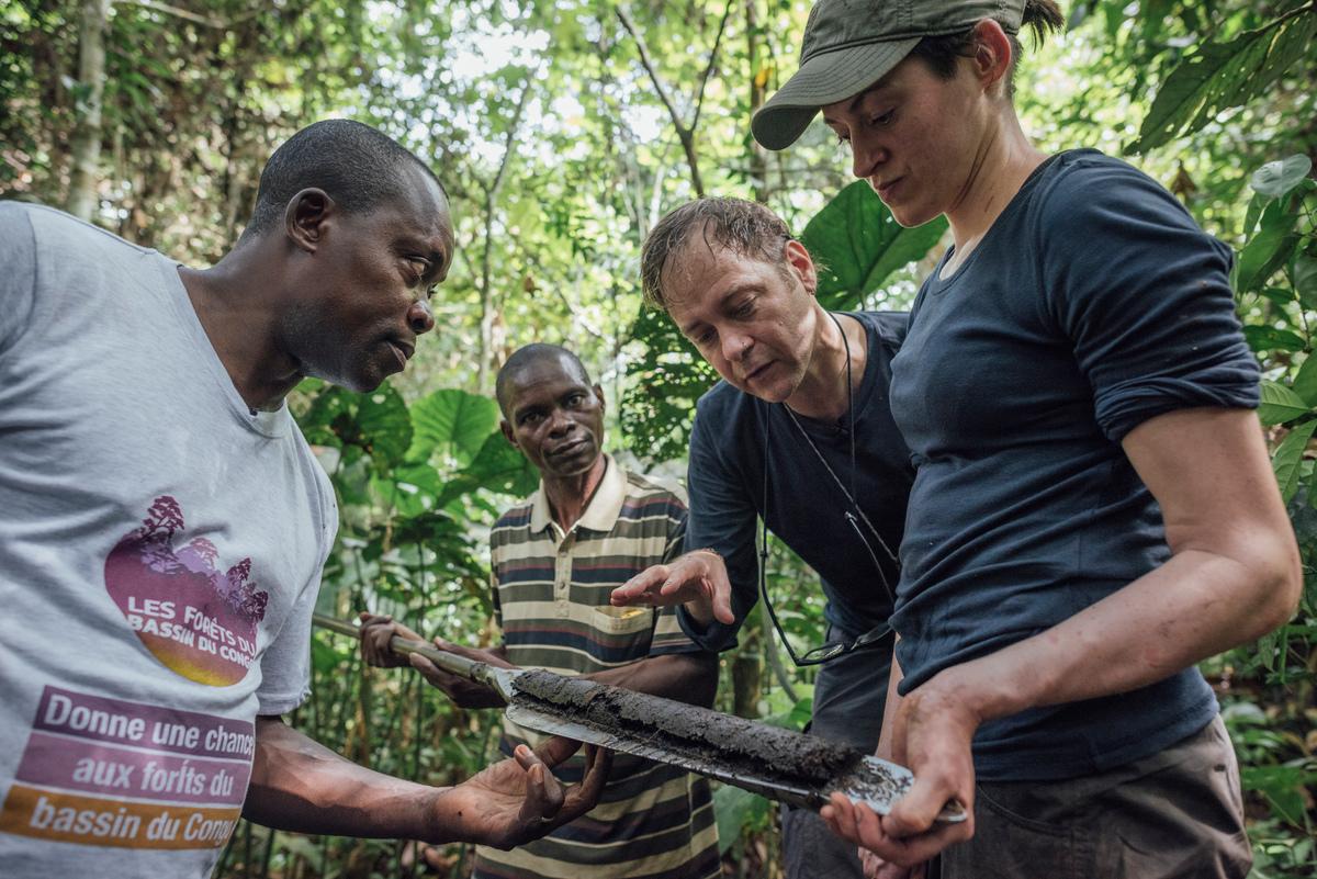 來自英國研究團隊、綠色和平非洲辦公室成員與剛果當地科學家,在Lokolama進行泥土採樣檢測,證實該部落位於熱帶泥炭地。© Kevin McElvaney / Greenpeace