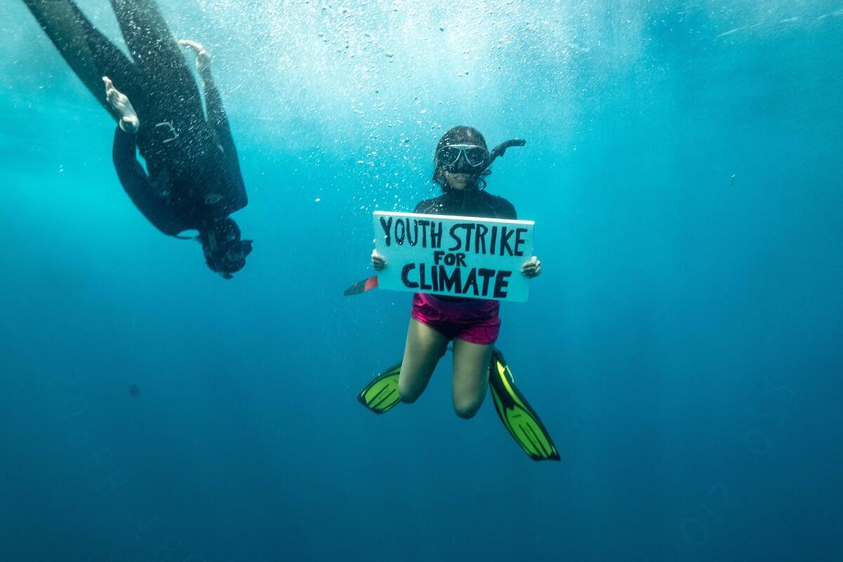 青年海洋生物學家Shaama Sandooyea除了參與考察之旅,研究印度洋的生物多樣性之外,也在海草床附近進行全球第一場水下氣候倡議,手舉「青年為氣候行動」字牌,呼籲各界正視氣候危機,並立即採取行動。