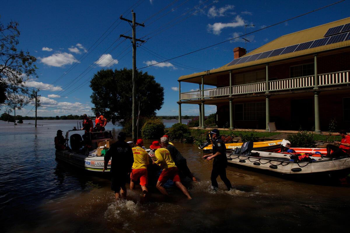 澳洲東部新南威爾斯省(New South Wales)出現「半世紀一遇」的水患,河川泛濫潰堤,至少1.8萬人被迫疏散撤離。© Dean Sewell