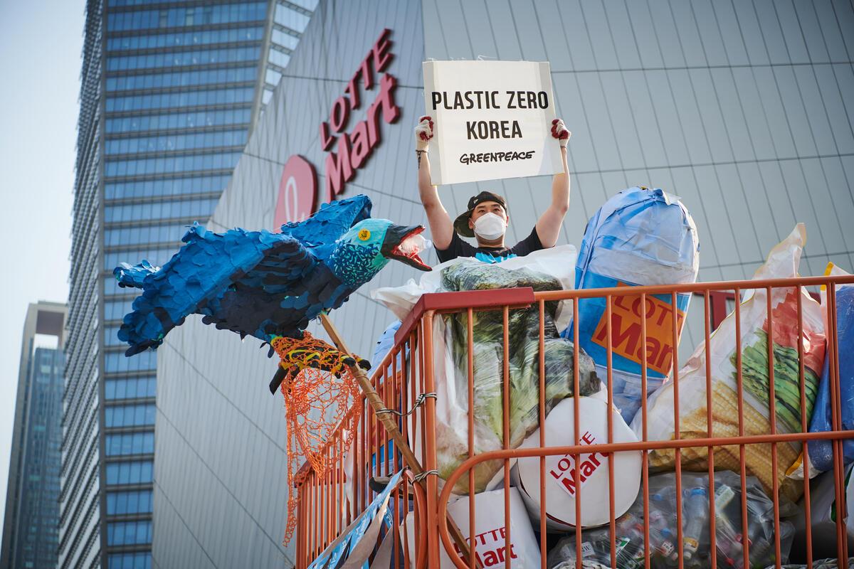 綠色和平首爾辦公室行動者於韓國樂天超市外,設置5公尺高的購物推車,車上裝滿塑膠垃圾,倡議要求減塑。