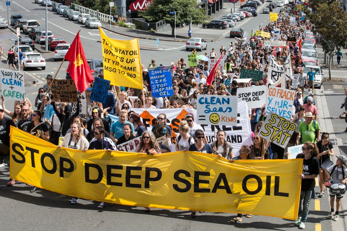 2015年,紐西蘭數千民眾上街遊行,倡議停止海底探鑽石油,保護海洋生態免於污染。