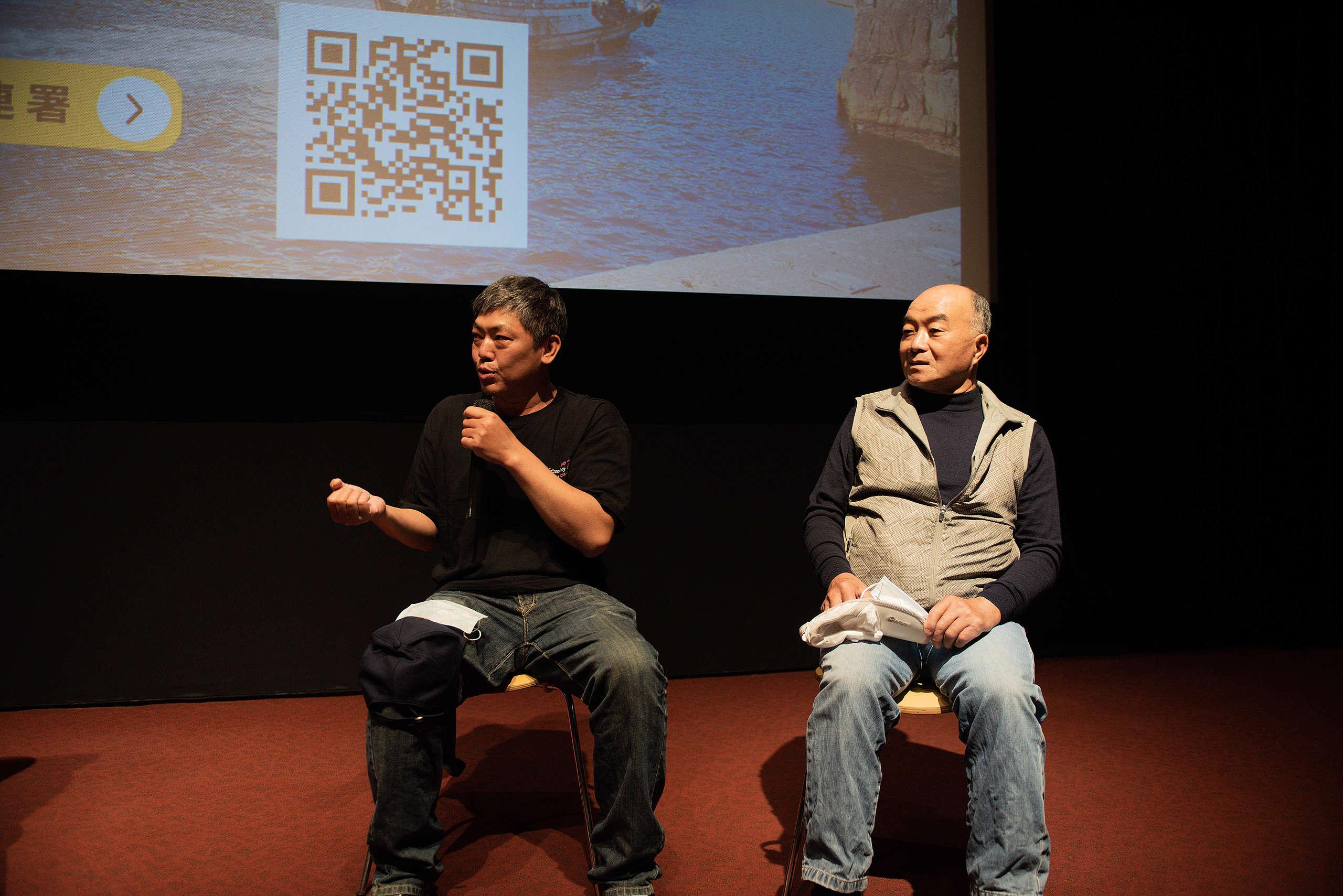 長年在海上工作的李永泰(左)和江長湖(右)表示,海洋如果能夠永續,對漁民反而是很大的幫助。