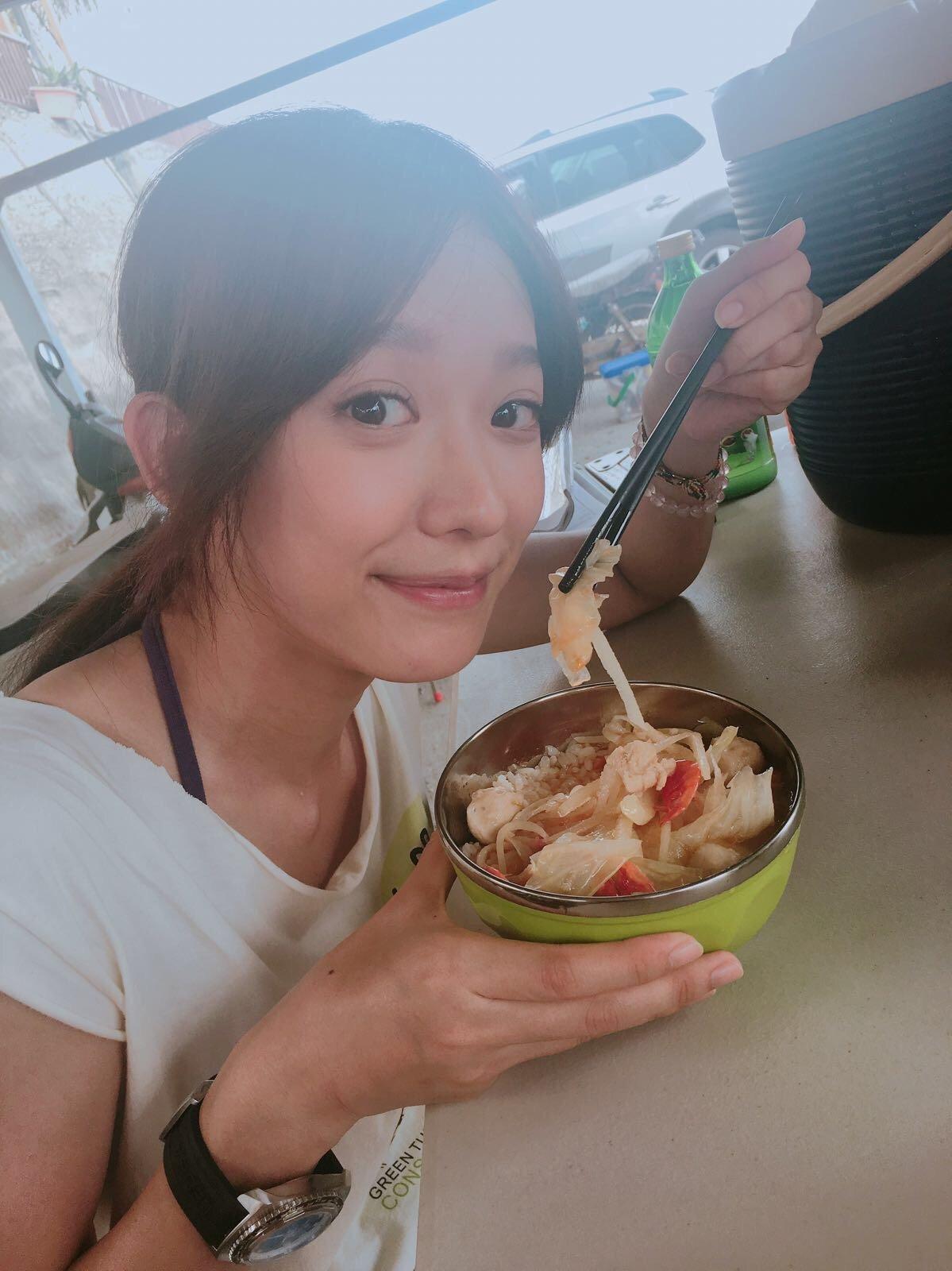 在拍攝《我的龜蜜女友》期間,劇組為減少垃圾量,要求工作人員必須自備環保碗筷,以自助打餐方式取代以往的便當。© Ken-Ju Meng