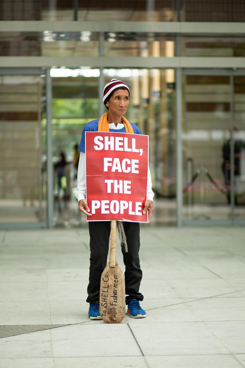 受氣候變遷衝擊的漁民Fred De la Cruz,於Shell殼牌石油公司在菲律賓馬尼拉的總部外和平倡議,要求該石油公司停止危害人民安全。