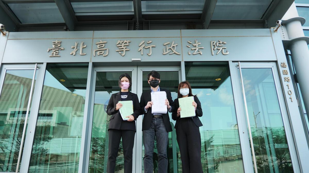 為了讓經濟部重新審視用電大戶條款過於寬鬆,僅有500個電力用戶(電號)受到規範的問題,4名公眾、綠色和平與環境法律人協會於2月3日向臺北高等行政法院提起行政訴訟,爭取企業更積極減碳。© Yves Chiu / Greenpeace