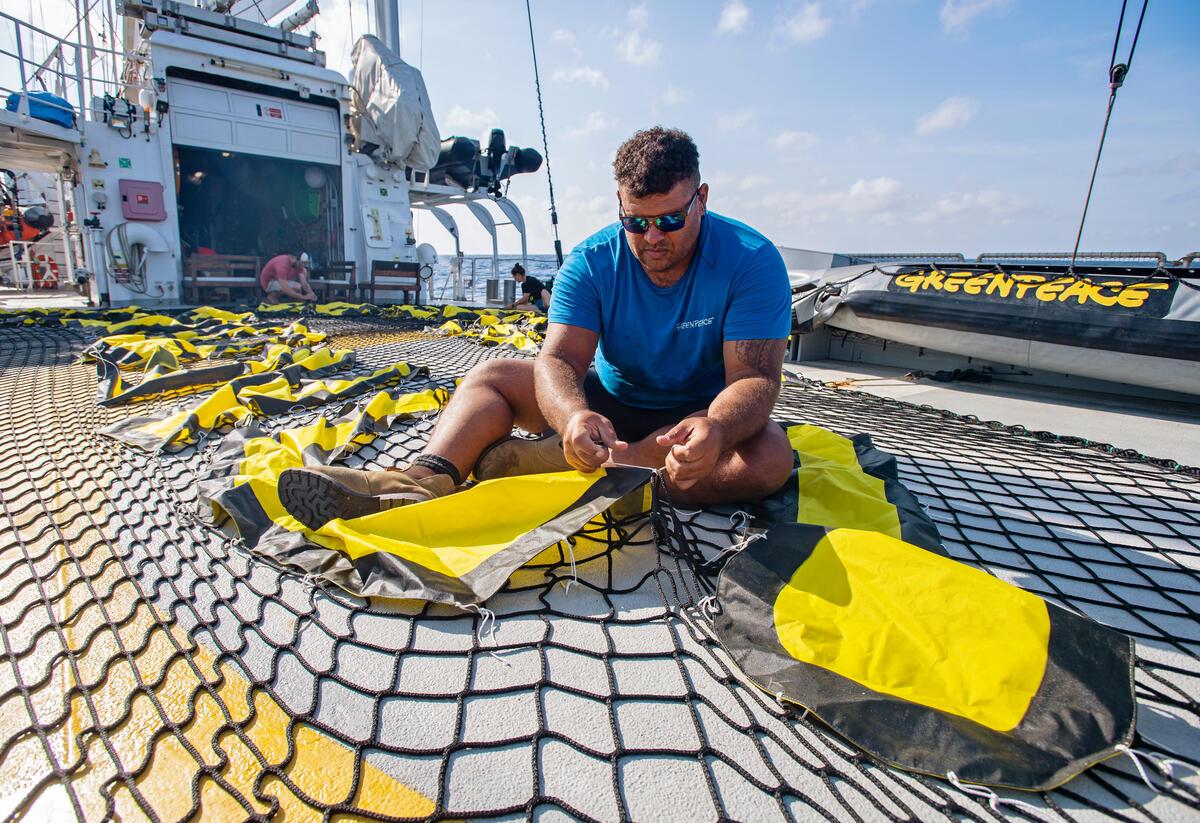 Victor在「彩虹勇士號」甲板上至做倡議的旗幟,挺身為守護海洋而行動。