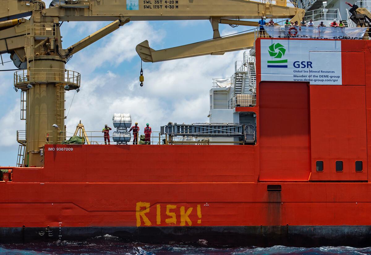 2021年4月20日,綠色和平行動者於GSR雇用的海底採礦船外,漆上「風險!」,表達停止破壞海洋生態以及人民生存的訴求。
