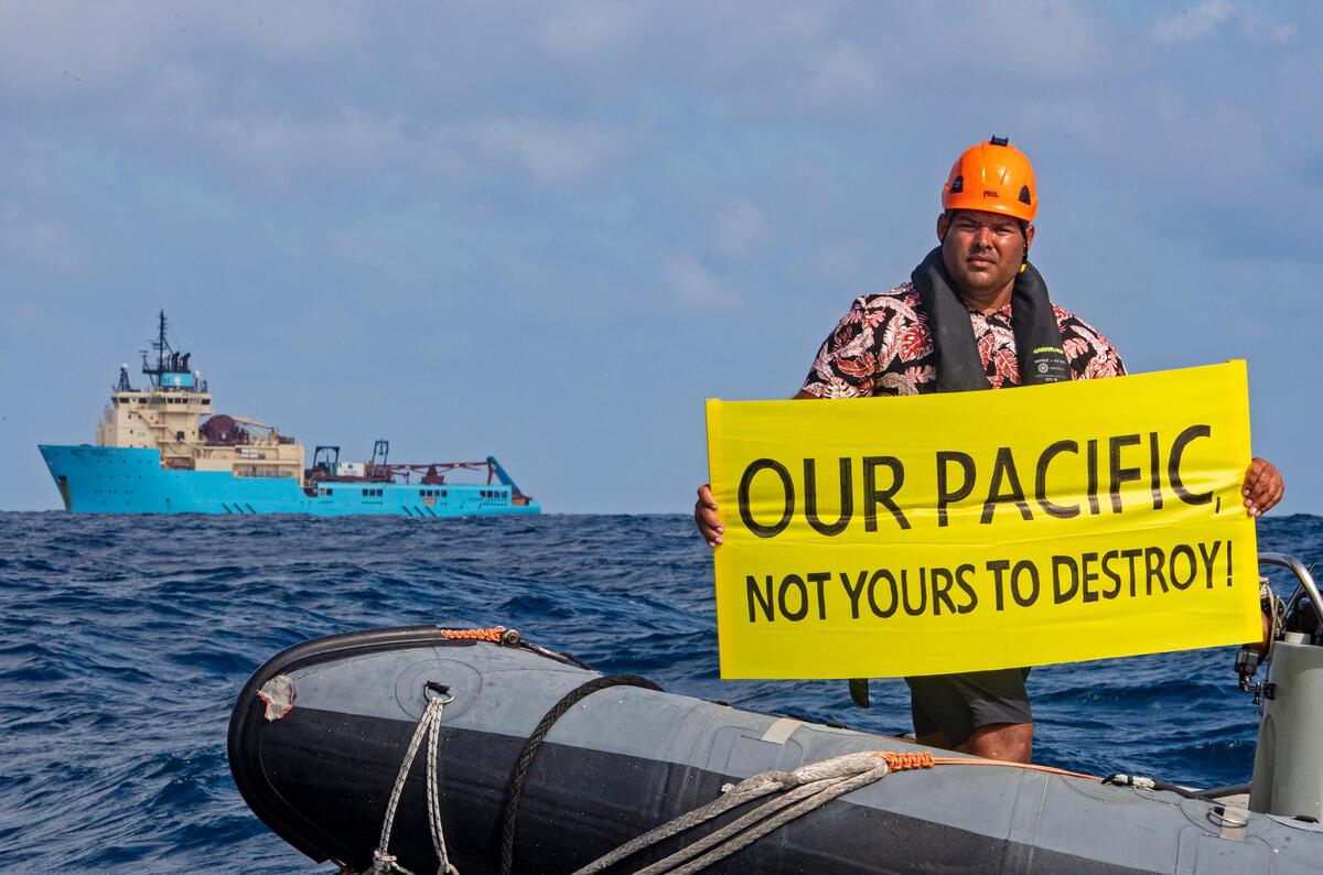 綠色和平行動者Victor,來自斐濟,參與綠色和平船艦「彩虹勇士號」的行動,在深海採礦企業DeepGreen雇用的船前,手持標語表示「你不能摧毀我們的太平洋」。